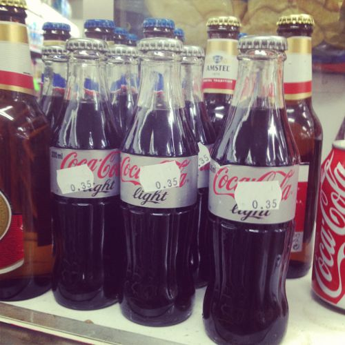 Botellines de coca cola en el supermercado