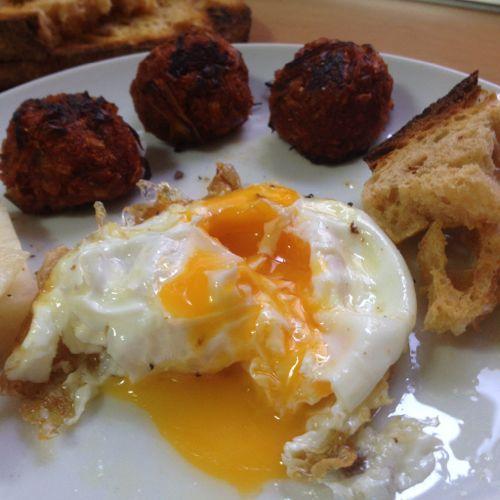 Huevo frito con pelotitas