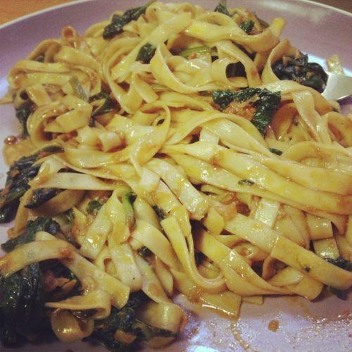 Tallarines chinos con espinacas y patatera