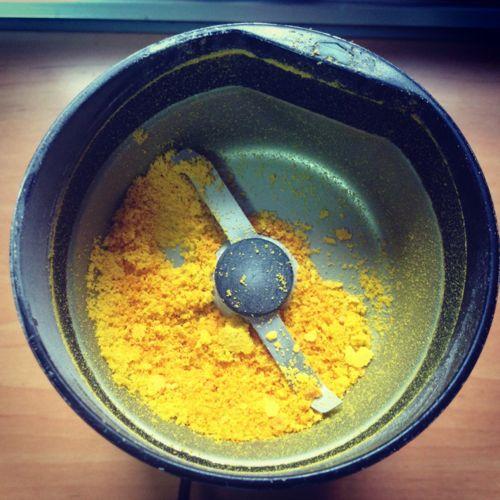 Piel seca de naranja molida