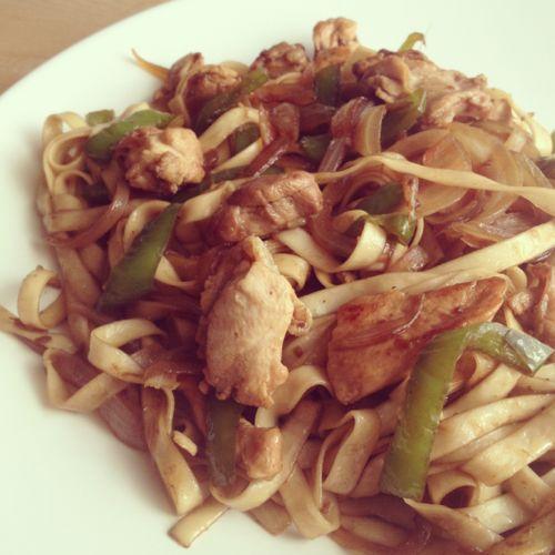 Wok de pollo con tallarines chinos