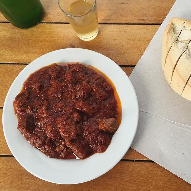 Carne con tomate y mosto
