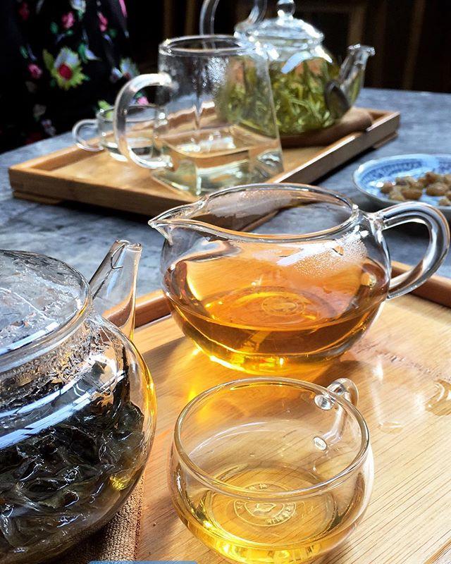 Shui Hsien Oolong Tea (primer plano) & Yellow Mountain Mao Feng Greeen Tea (al fondo)